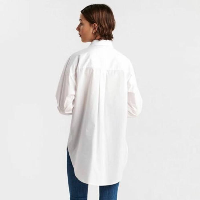 Vit oversize-skjorta i lång modell från Lindex.