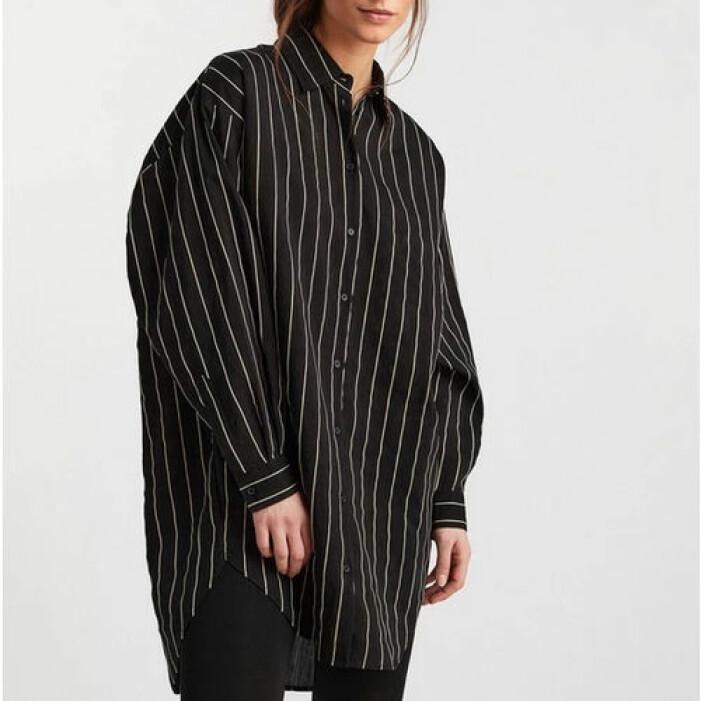 Svart randig oversize-skjorta från Lindex.