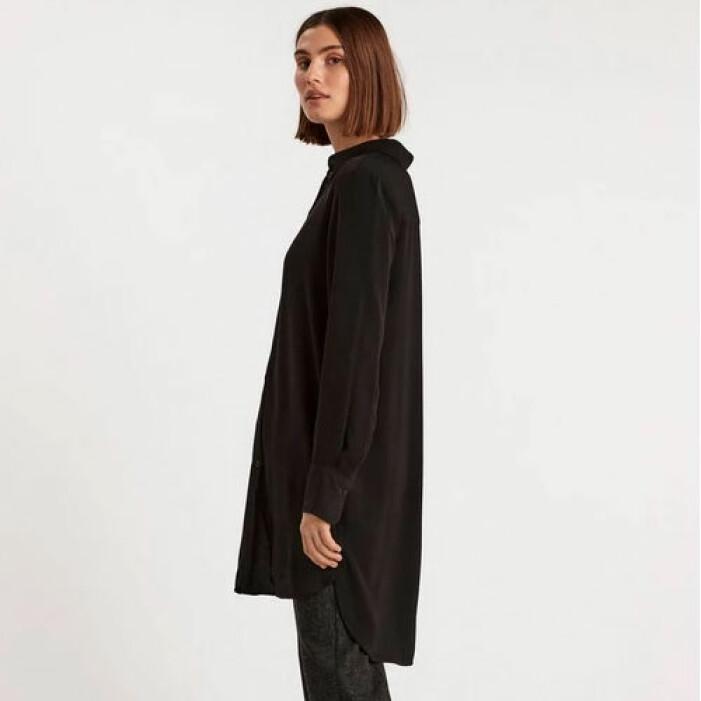 En lång svart skjorta i mjukt material från Lindex.