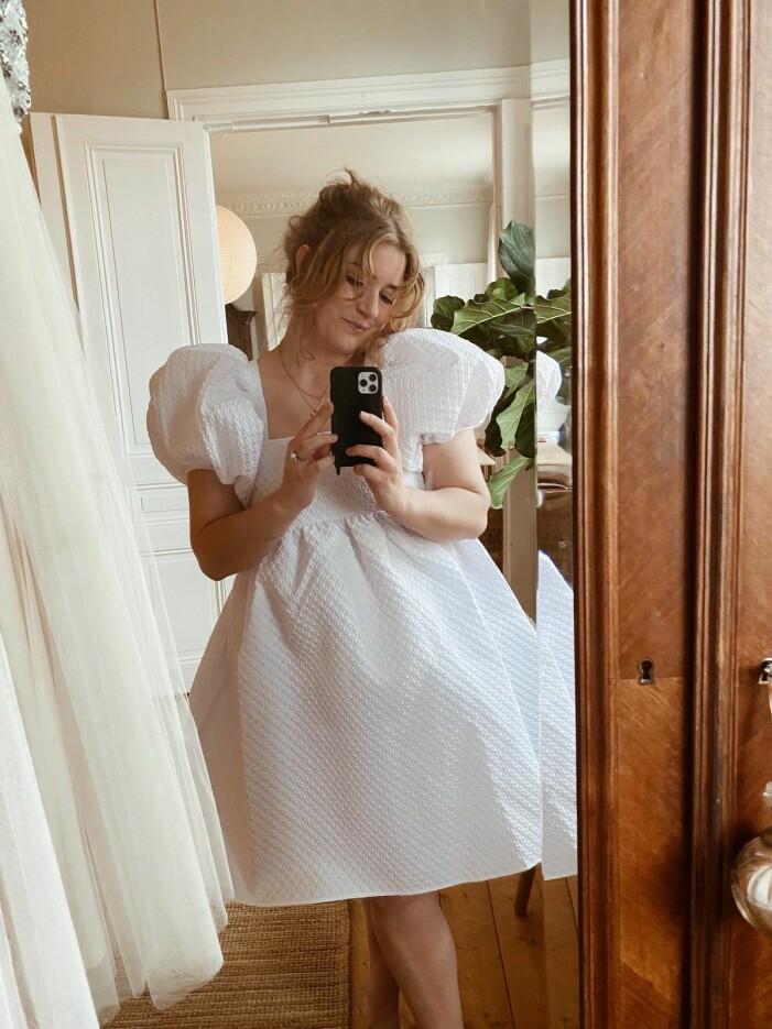 elsa billgren i en vit klänning från Cecilie Bahnsen