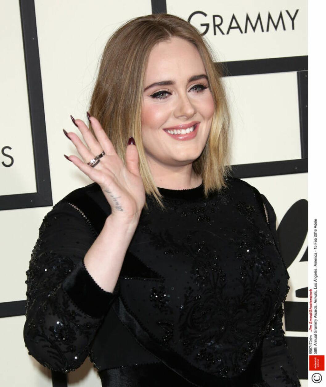 Adele har tatuerat in namnet på sin son