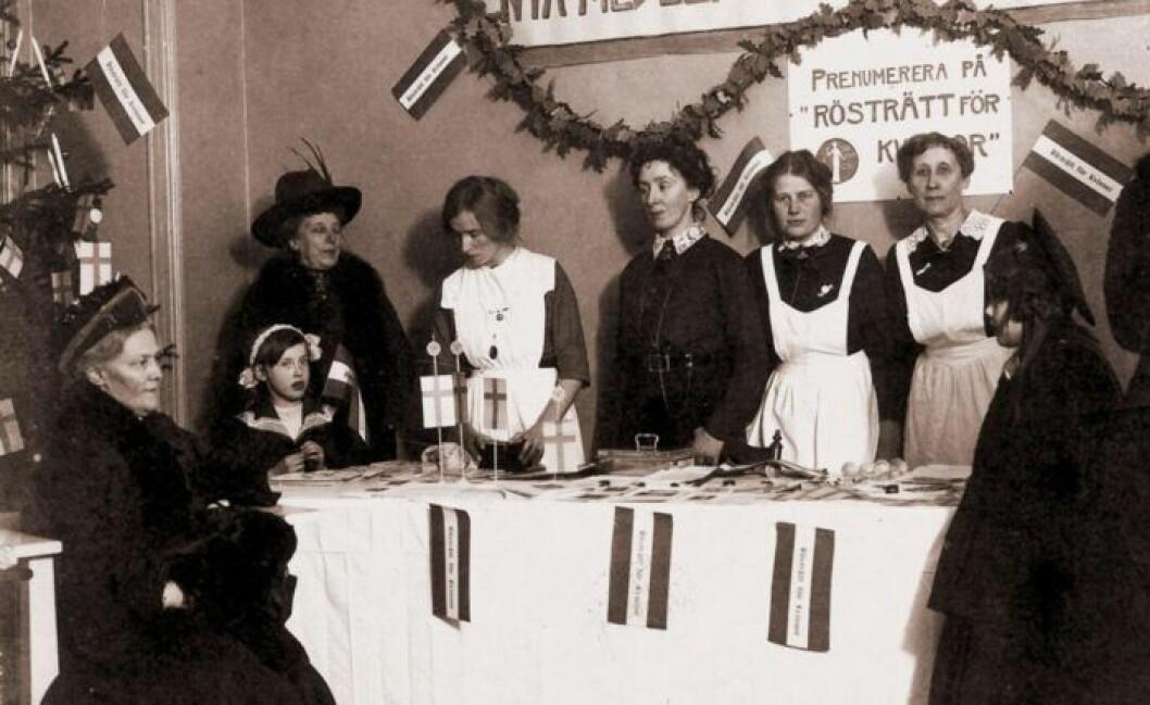 Kvinnor delar ut tidskriften Rösträtt för kvinnor.