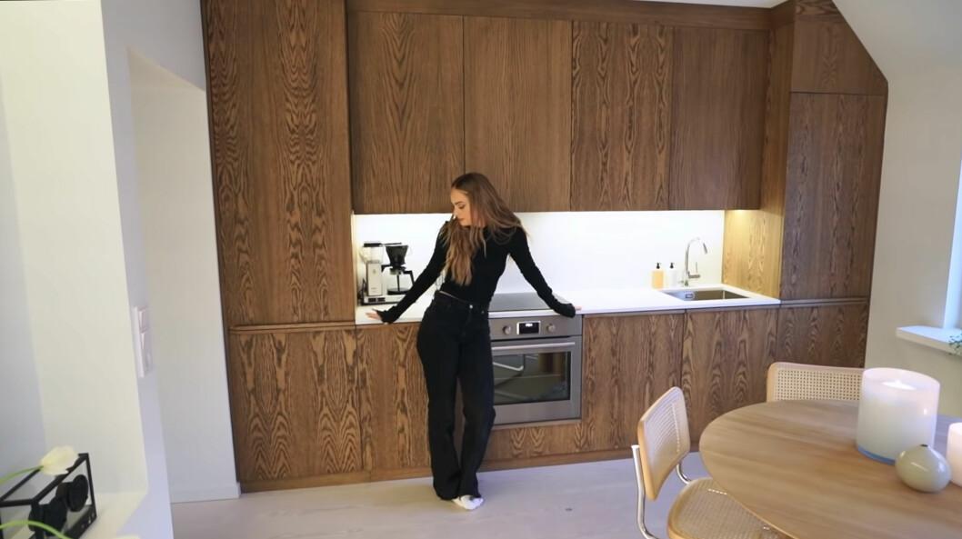 Köksluckorna ger karaktär i en annars vit lägenhet, säger Alice Stenlöf.