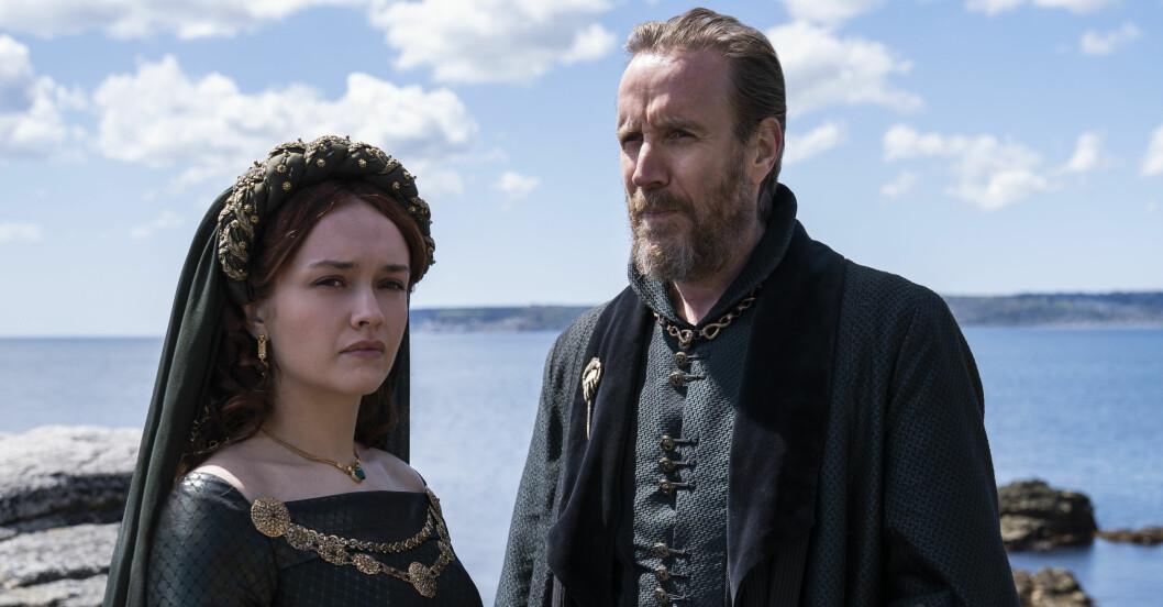 Olivia Cooke som Alicent Hightower och Rhys Ifans som Otto Hightower.