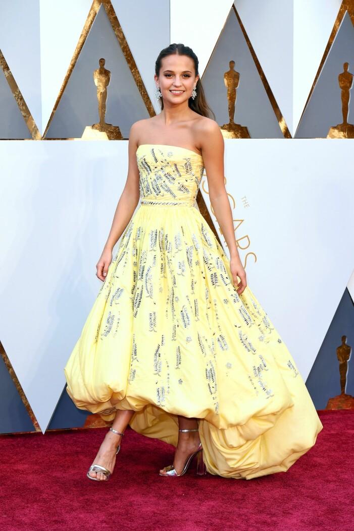 Alicia Vikander i gul klänning