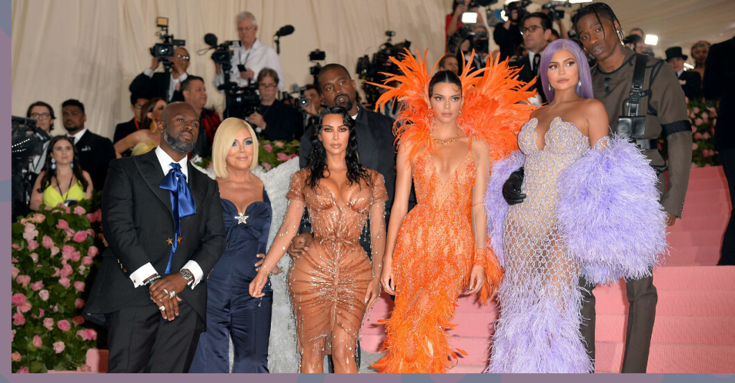 Familjen Kardashian, Jenner står på en trappa och blir fotograferade av massa fotografer.