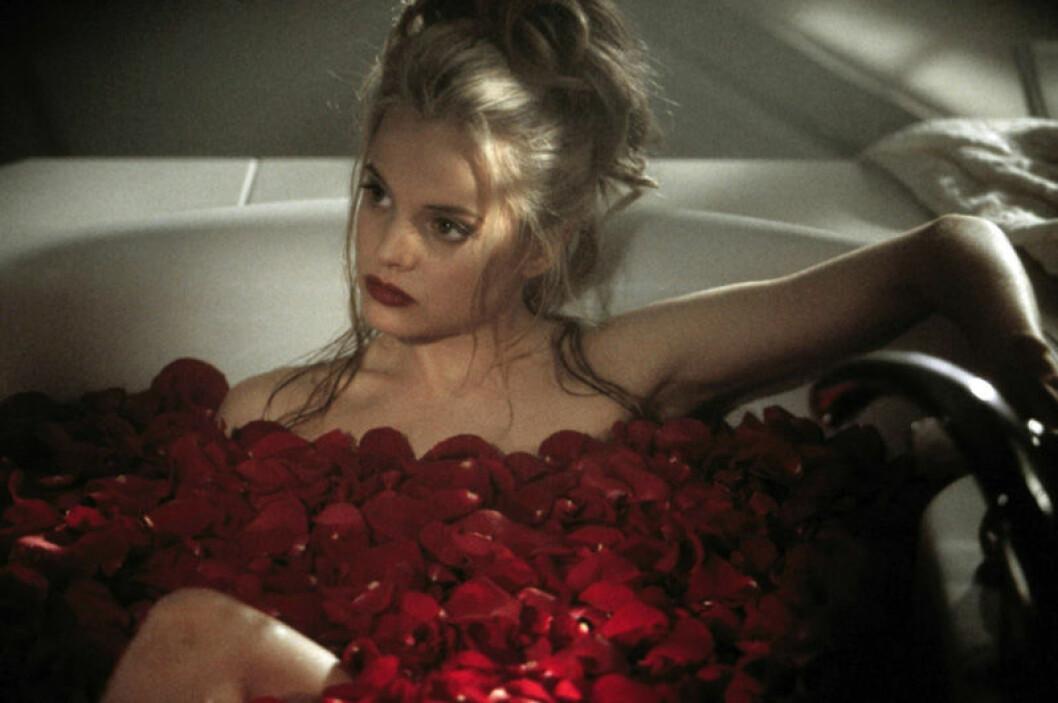 Mena Suvari bland rosenblad i American Beauty.