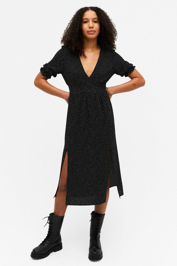 svart prickig klänning