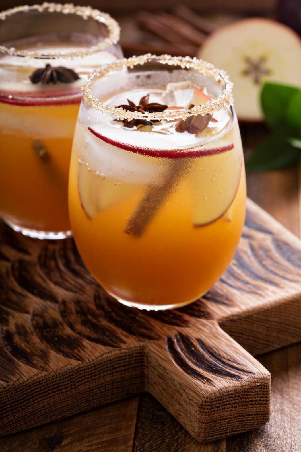 Apple cider cocktail with cinnamon and apple slices