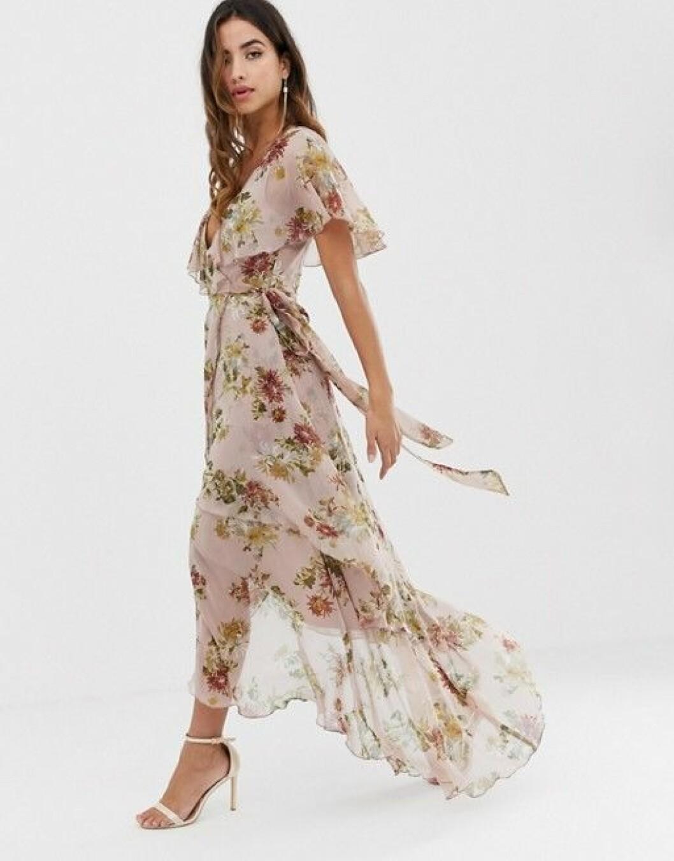 En bild på en blommig klänning med knytskärp och ojämn fåll.