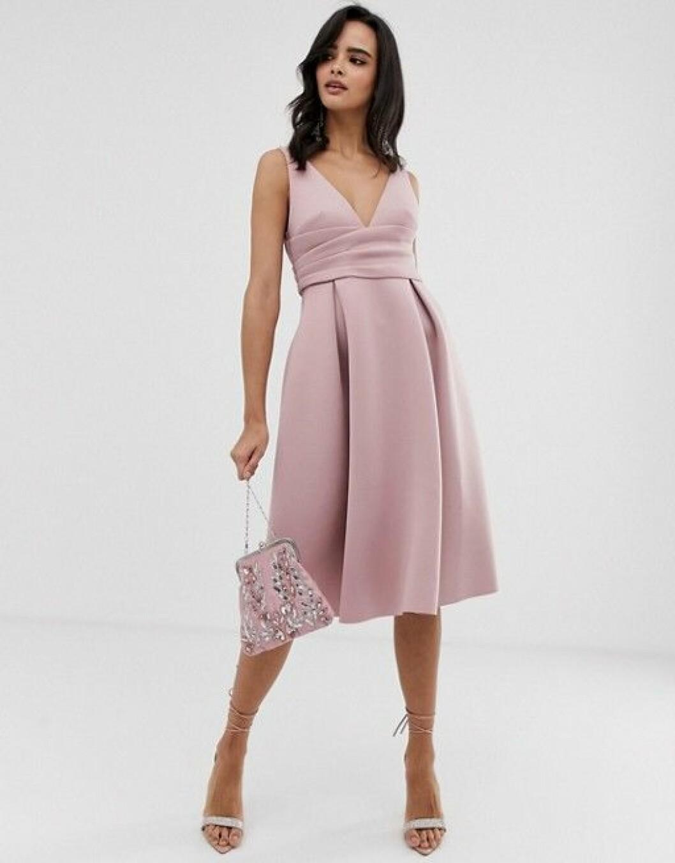 En bild på en puderrosa klänning med plisserad kjol från Asos.