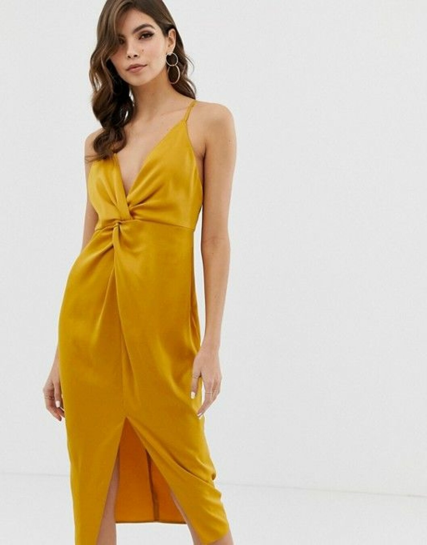 En bild på en guldfärgad klänning i satin med smala axelband.