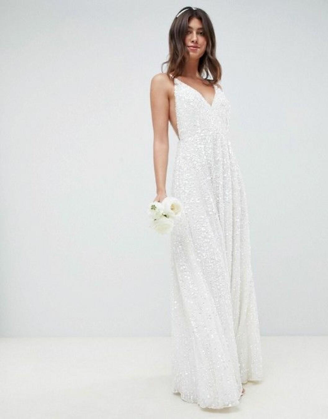 En bild på en bröllopsklänning med paljetter och smala axelband från Asos.