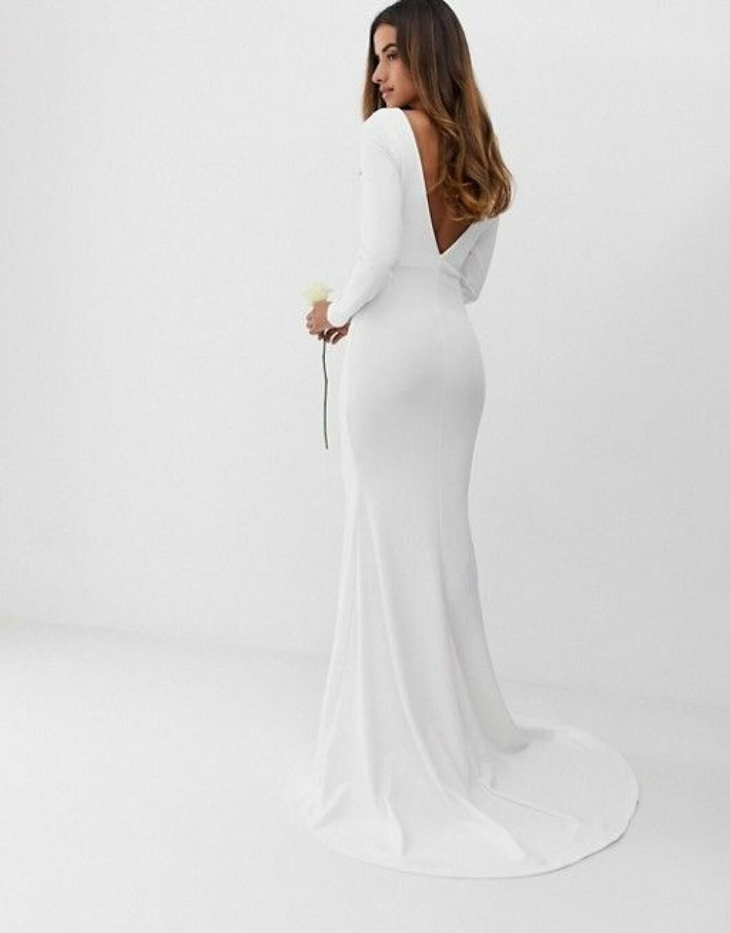 En bild på en bröllopsklänning i fishtailmodell med v-ringad rygg från Asos.