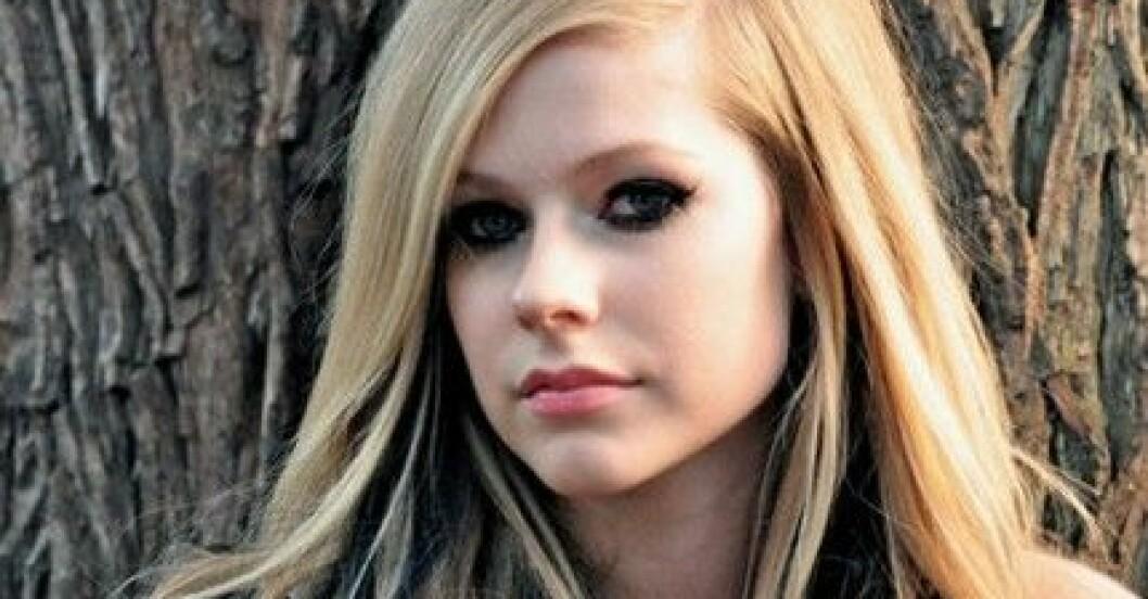 """Promotionbild på Avril Lavigne från filmen """"Alice i underlandet"""", vars ledmotiv hon sjunger."""