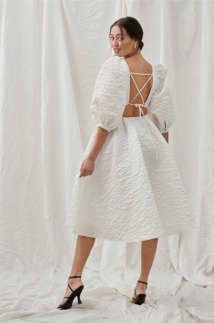 vit a-linjeformad klänning med puffärmar och öppen rygg med snörning från Joelle