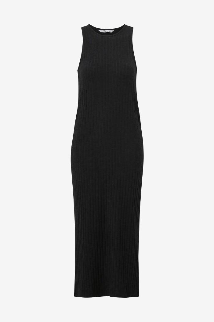 svart ribbstickad lång klänning