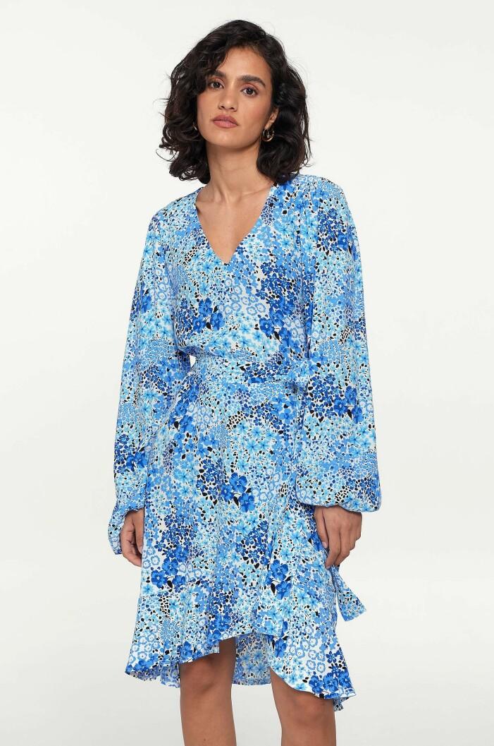 blå blommig omlottklänning