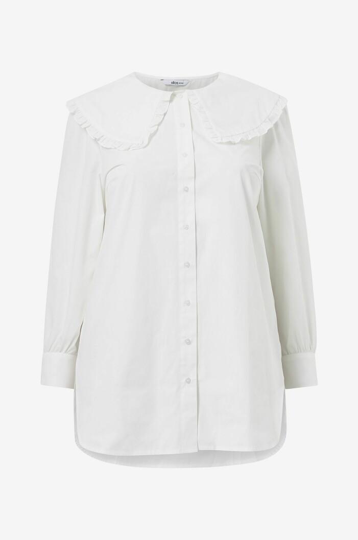 vit skjorta med volangkrage i plus size från ellos