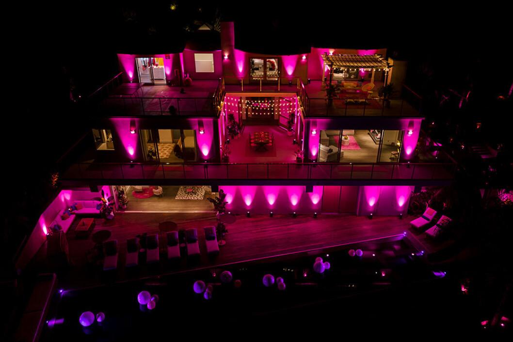 Kvällsbelysningen i Barbiehuset är rosa
