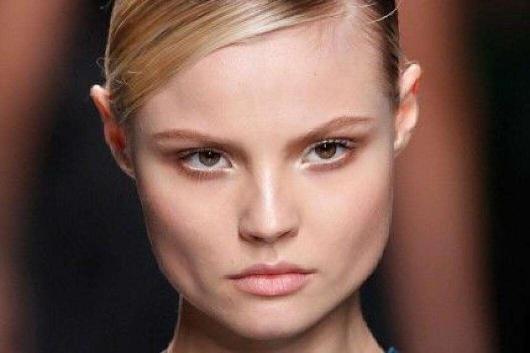 Brun ögonskugga på Christian Diors visning för hösten/vintern 2012.