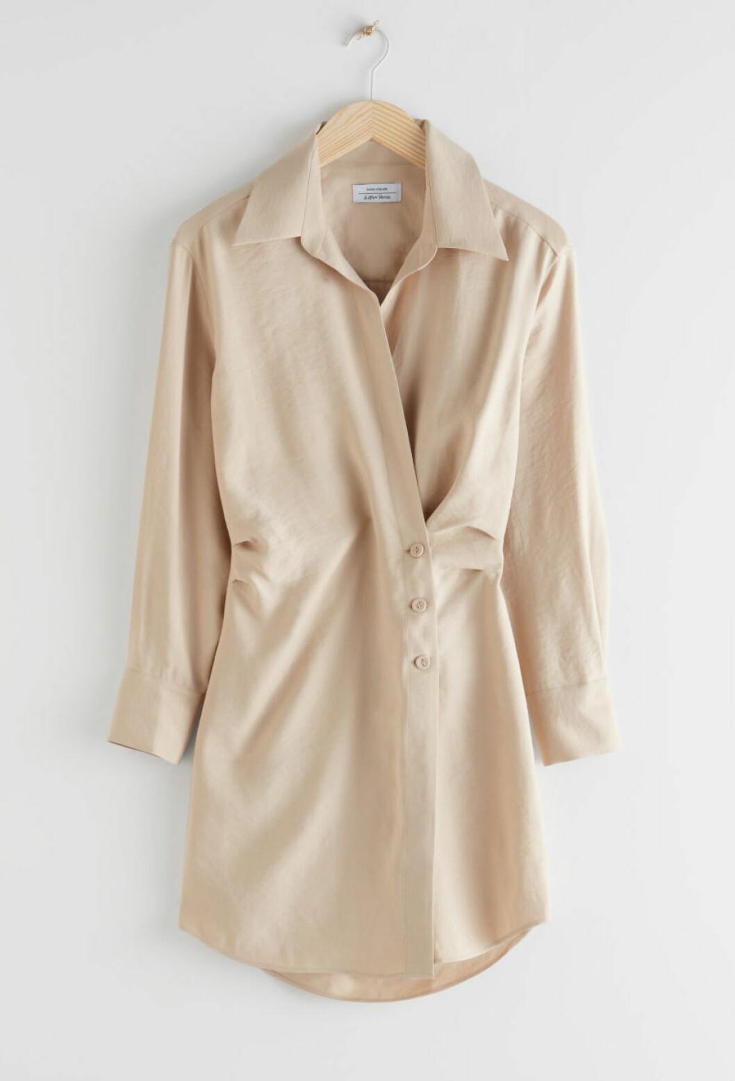 Beige kort klänning för dam till våren 2020