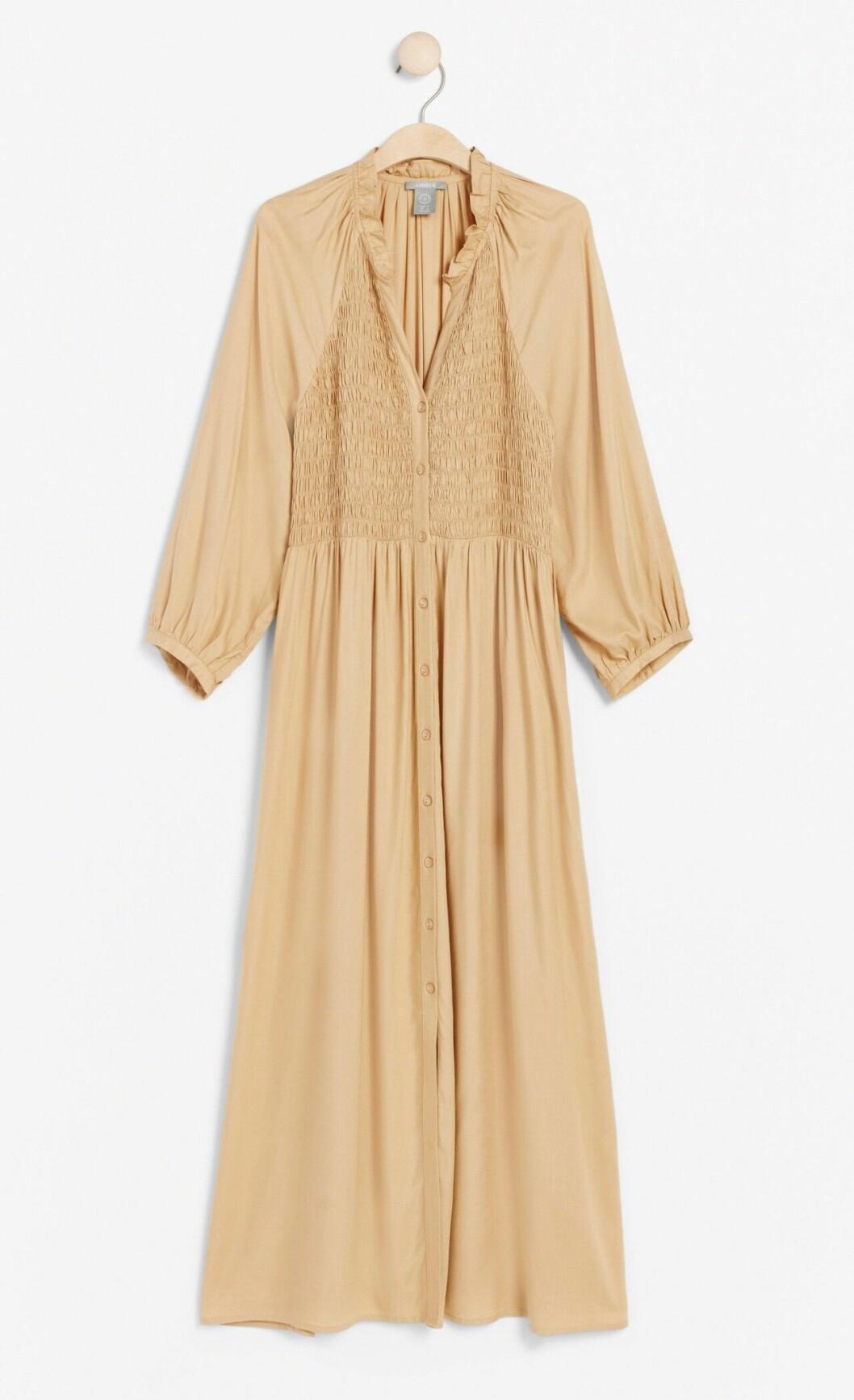 Beige klänning med lång ärm till bröllop 2020