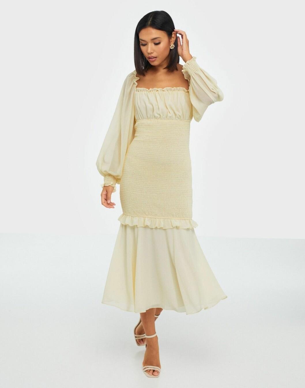 Beige klänning med smock för dam till våren 2020