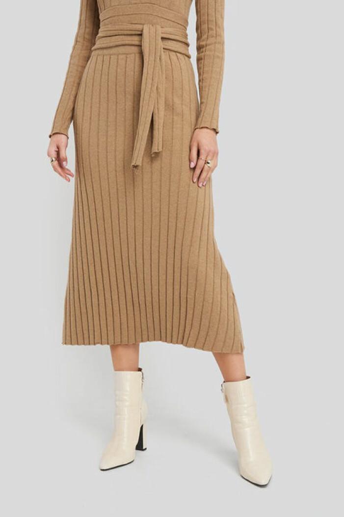 Beige ribbstickad kjol från Na-kd