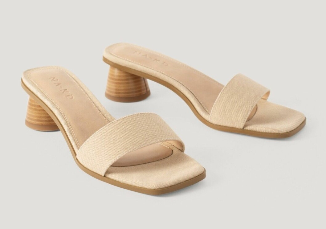 Beige sandalett med rund klack och fyrkantig tå
