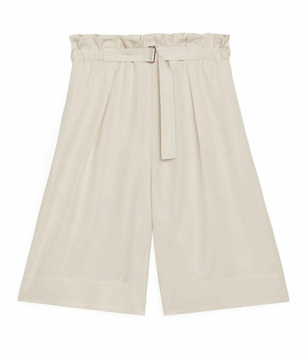 Beige shorts med hög midja och långa ben