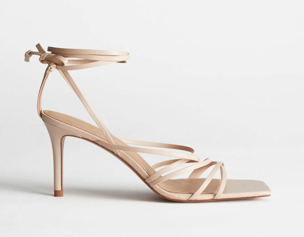 Beige skor med fyrkantig tå och remmar