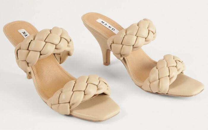 Beige sandaletter med vävda vadderade remmar från Na-kd som påminner om Bottega Venetas sandaler