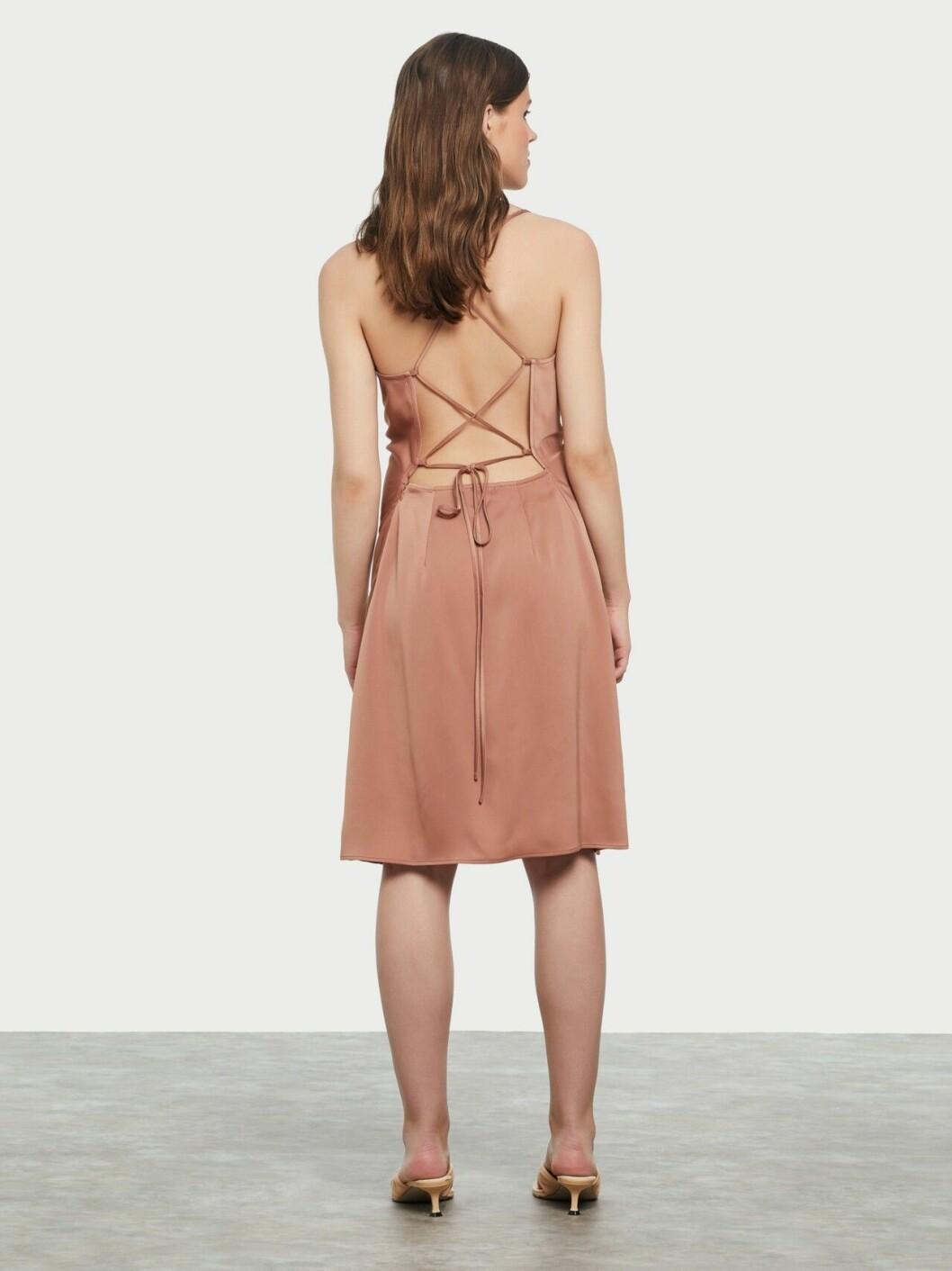 Beige slipklänning med öppen rygg