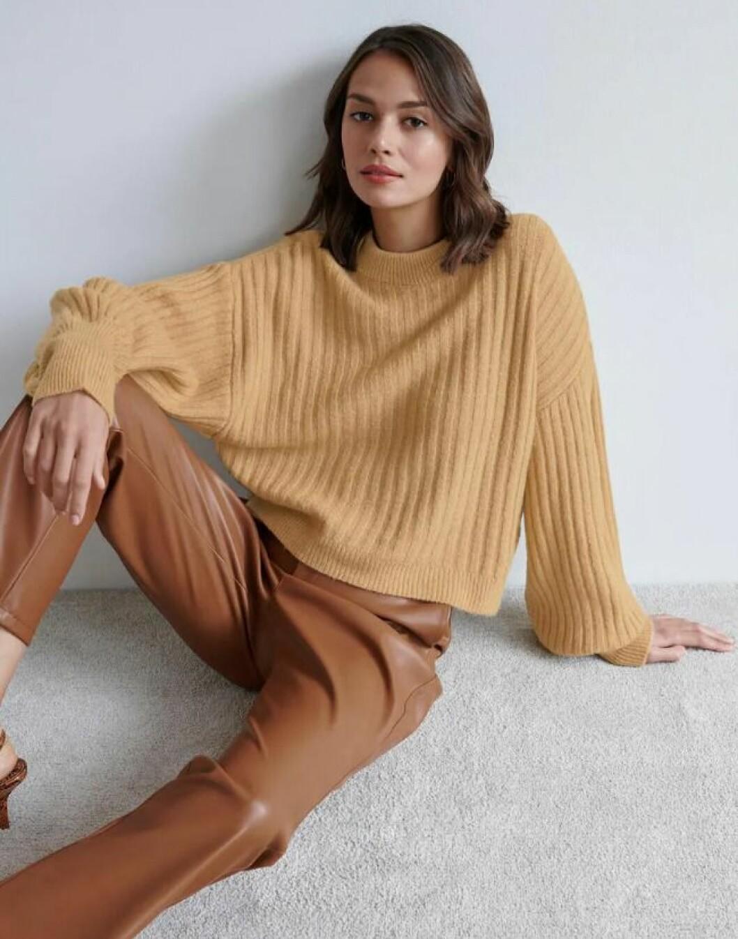 Beige stickad tröja med ballongärm för dam till hösten 2019