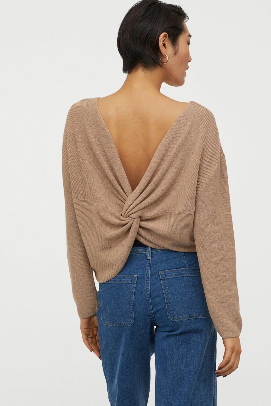 Beige stickad tröja med öppen rygg till 2020