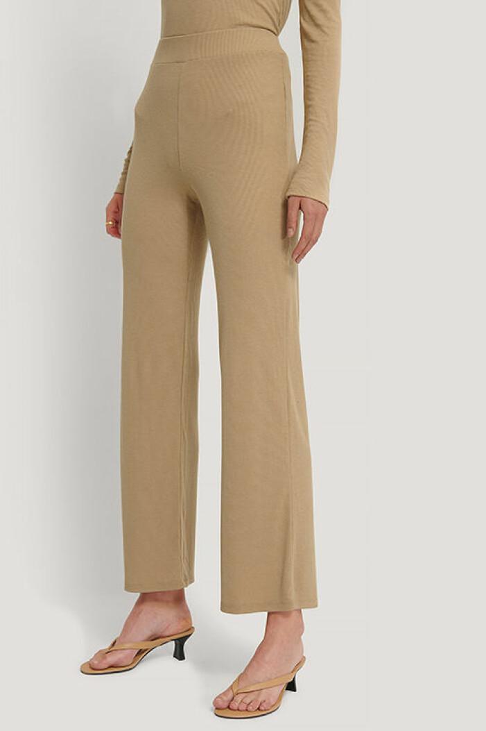 Beige stickade byxor från Na-kd