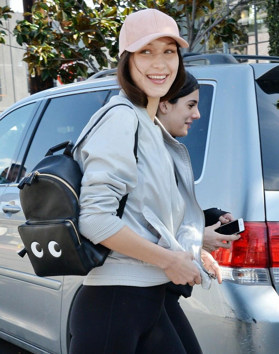 Bella Hadid med ryggsäck.