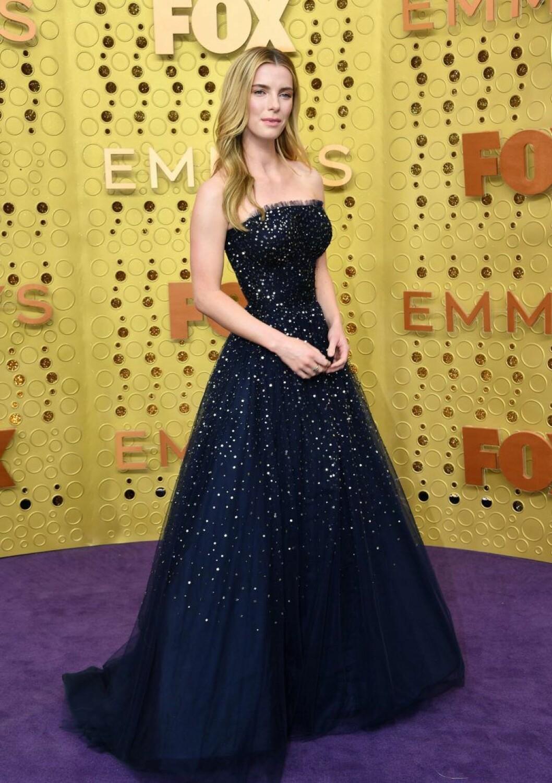Betty Gilpin på röda mattan på Emmy Awards 2019