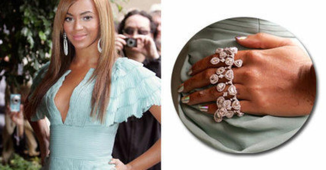 Beyoncé med metallicfärgade.