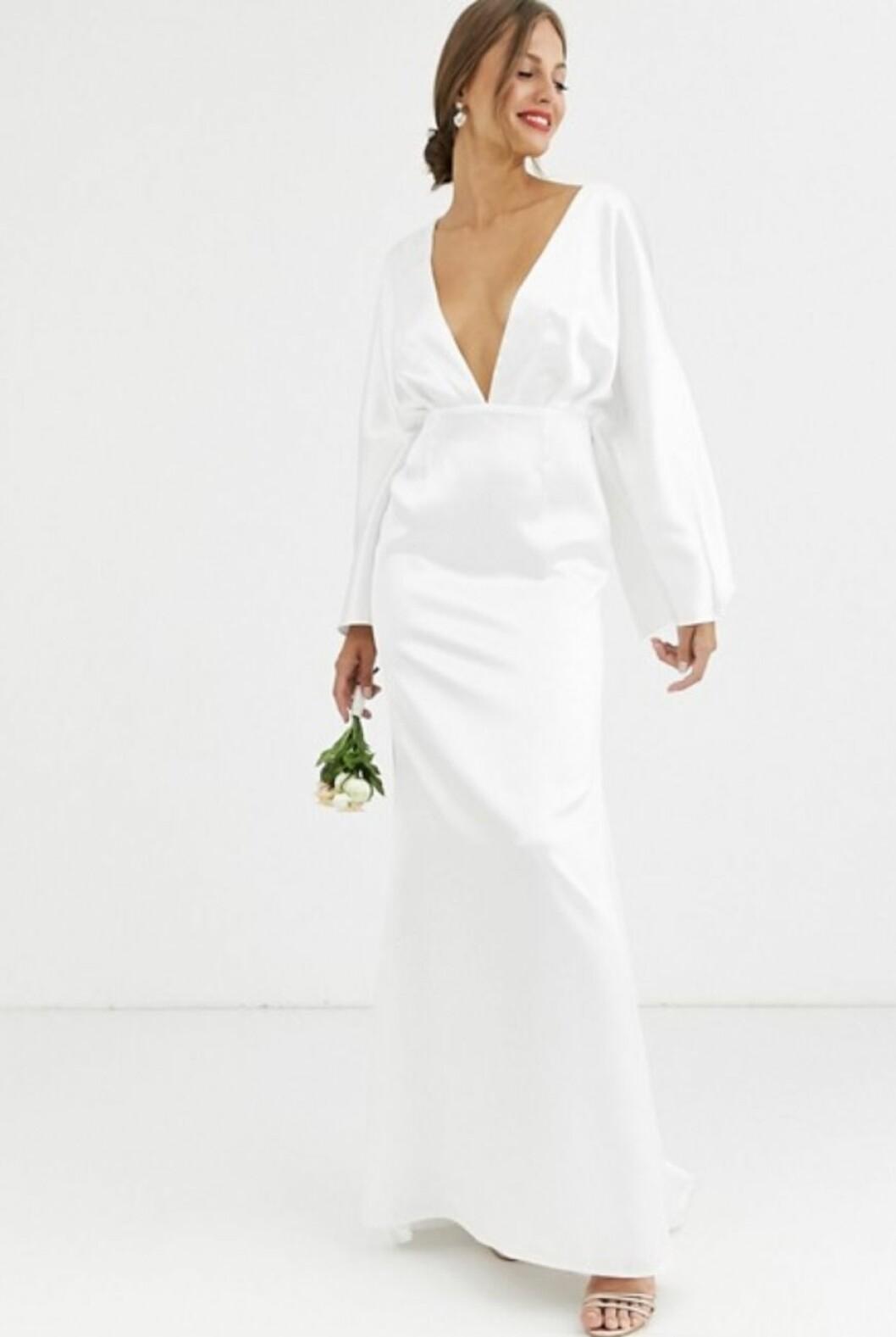 Vit brudklänning med v-ringing till 2020