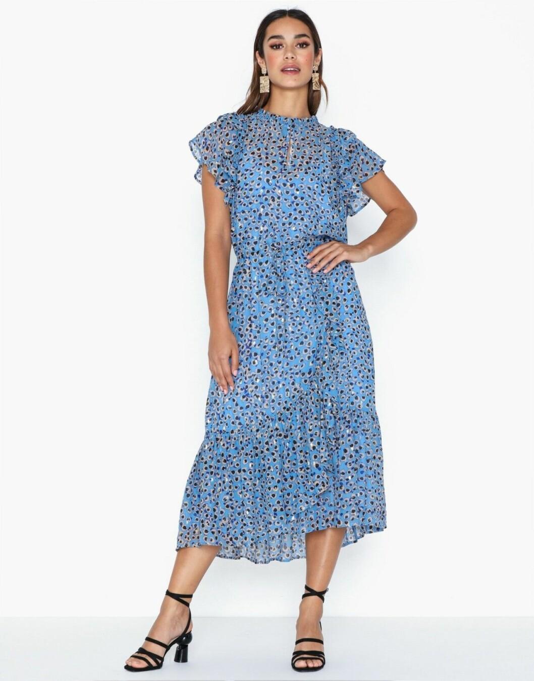 Blå festklänning för dam till sommaren 2020