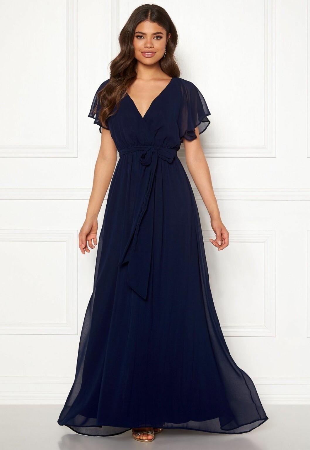 Blå klänning till brudtärna inför bröllopet 2020