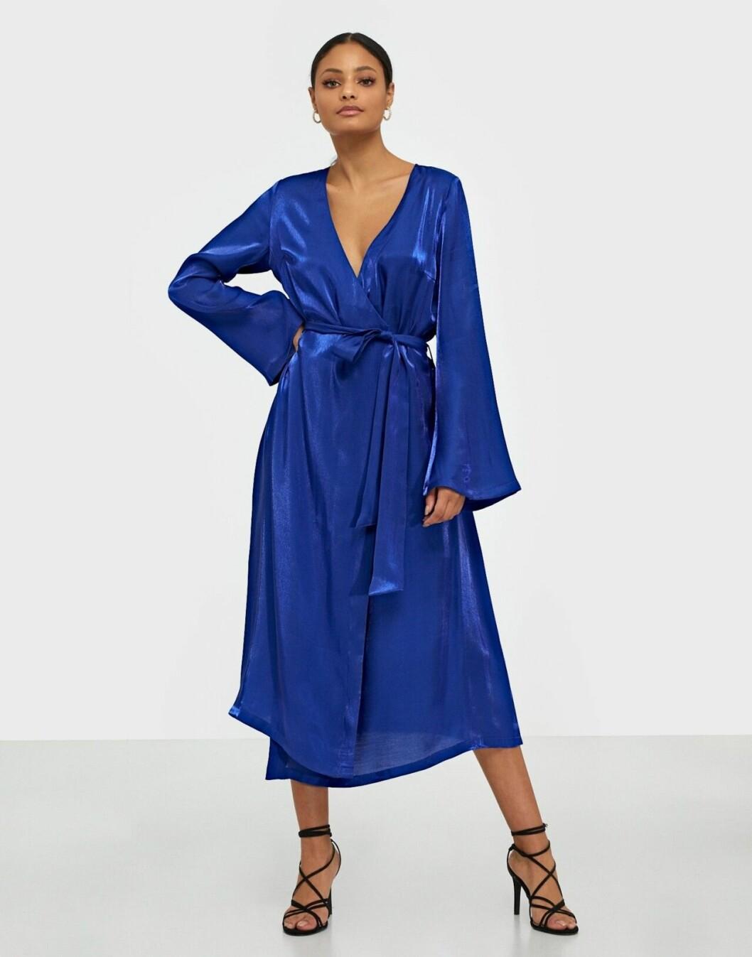 Blå klänning i omlottmodell med lång ärm till bröllopet 2020