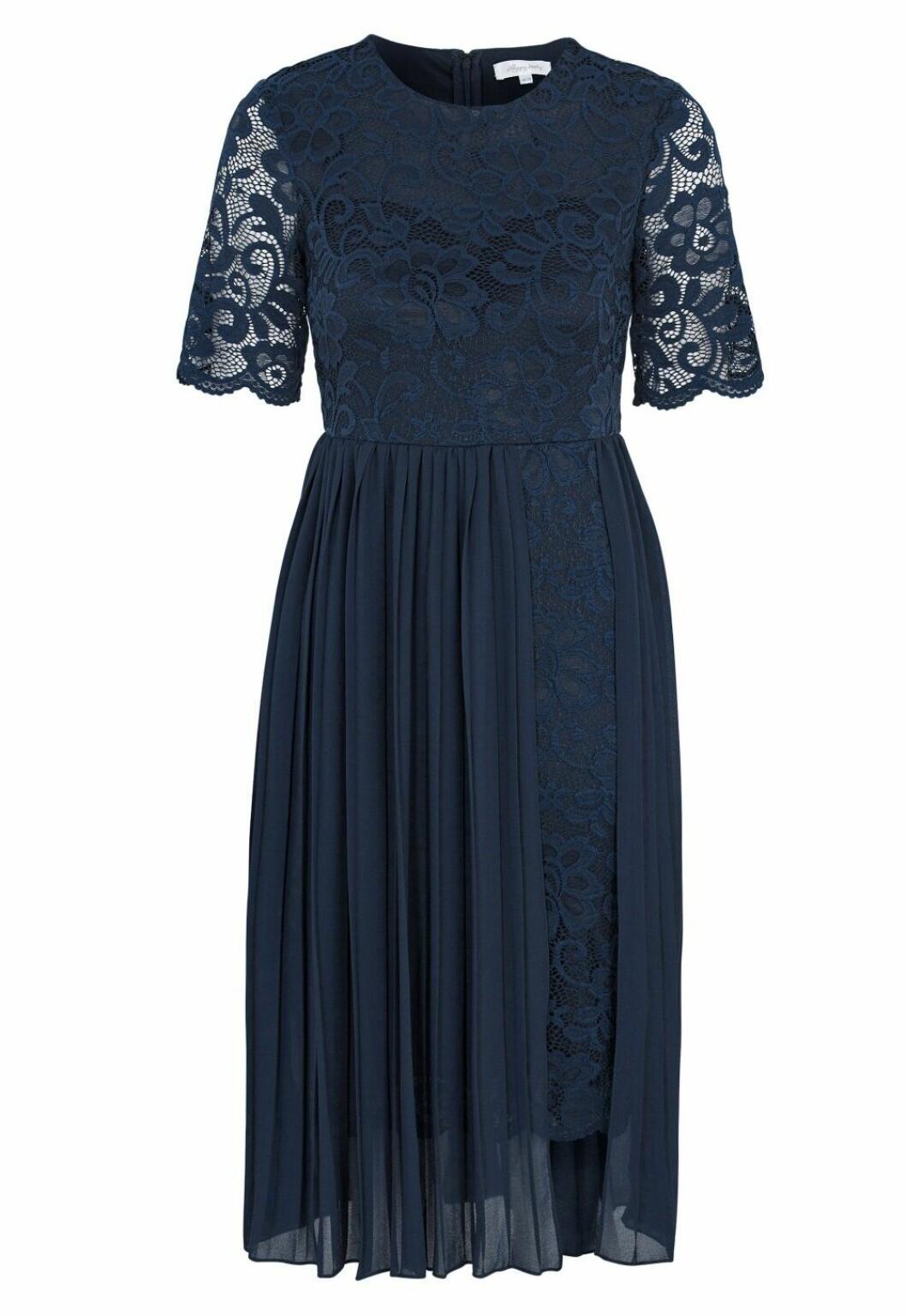 Blå klänning i spets och med plisserat tyg för dam till bröllopet 2020