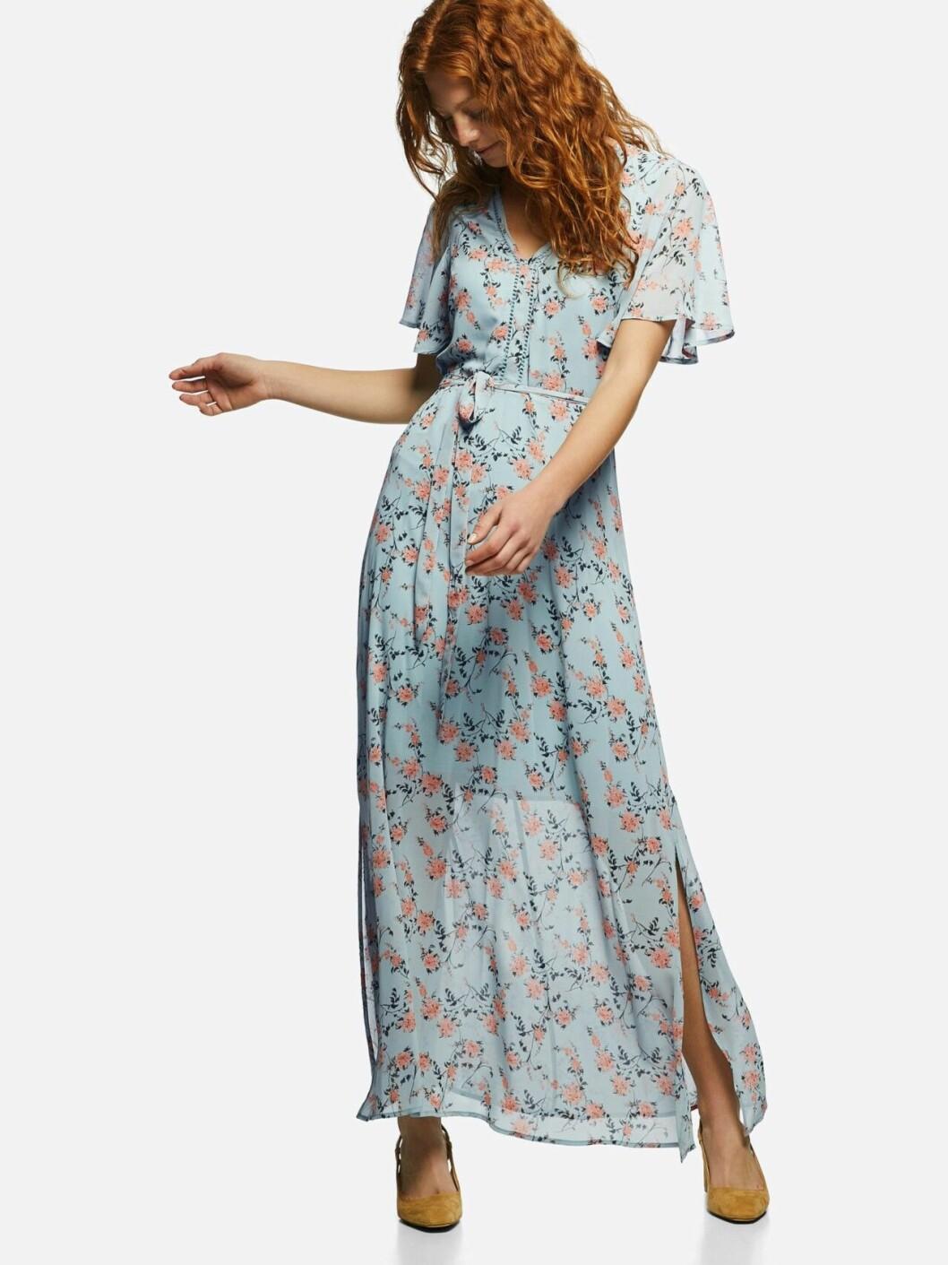 Blå långklänning med blommor till bröllop 2019