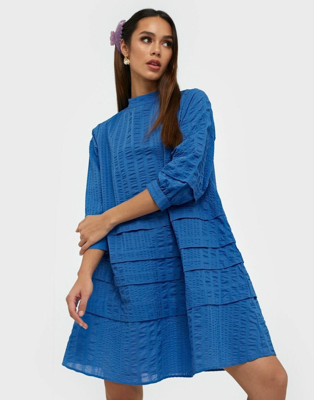 Blå klänning med hög hals för dam till 2020