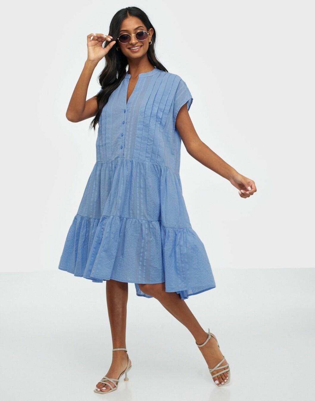 Ljusblå klänning med volanger för dam till sommaren 2020