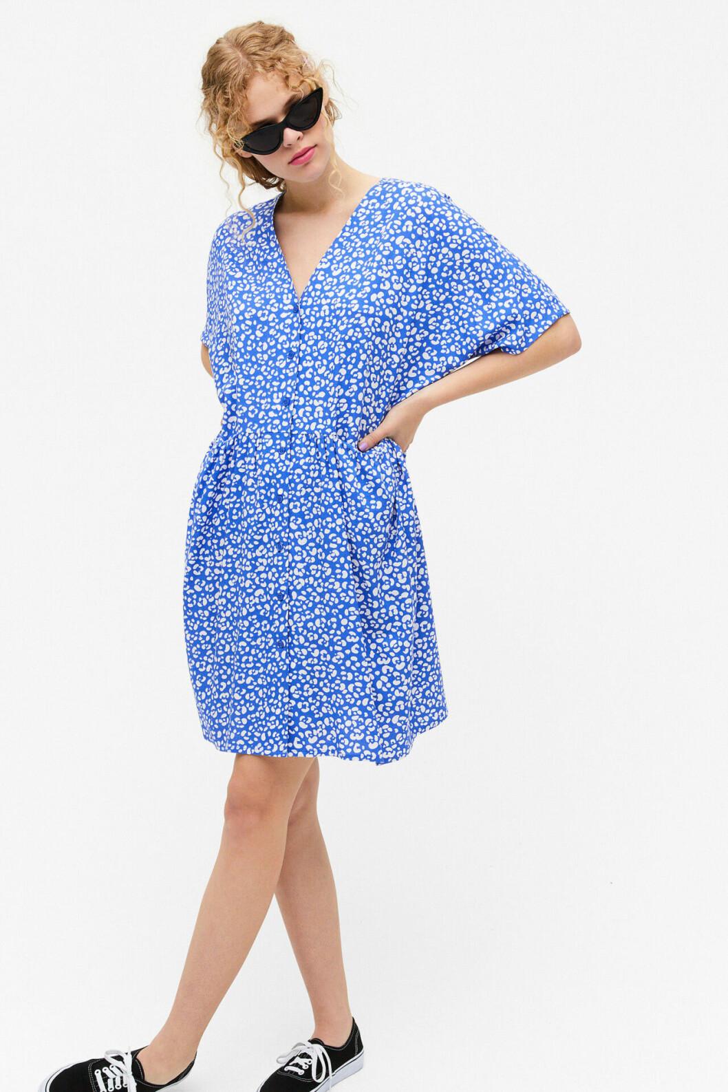 Blåmönstrad klänning med knappar för dam till 2020