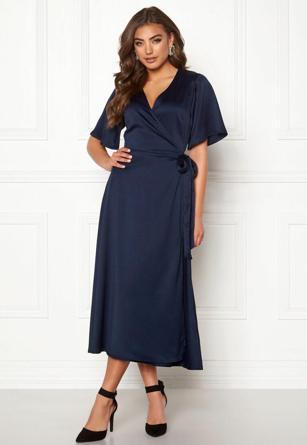 Blå omlottklänning för dam till bröllop 2020